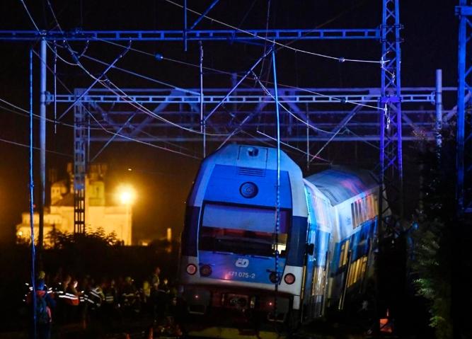 ФОТО: Десетина повредени лица во судар на два воза кај Прага