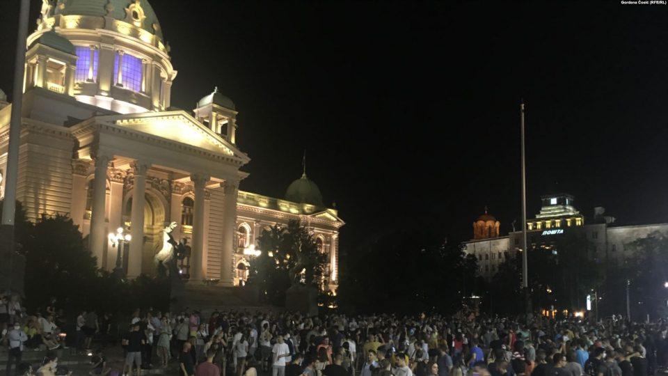 Мирно се одвиваат протестите пред српскиот Парламент