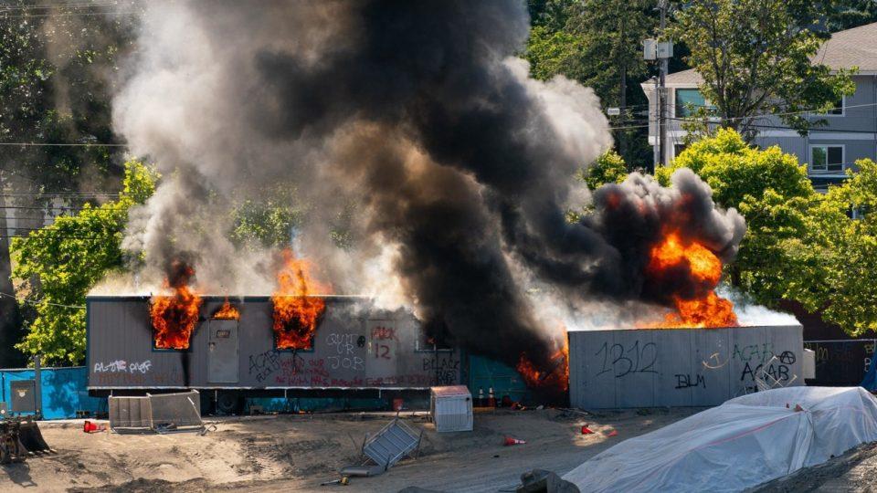 (ВИДЕО) Пожари во Сиетл, насилни судири меѓу полицијата и демонстрантите