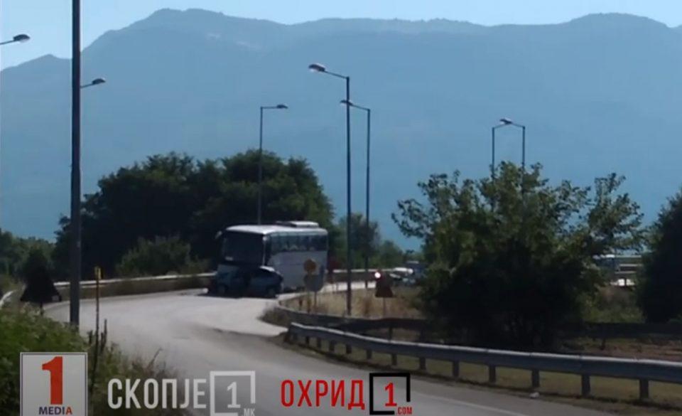 Автобус и два автомобили се судрија на излезот од Охрид (ВИДЕО)
