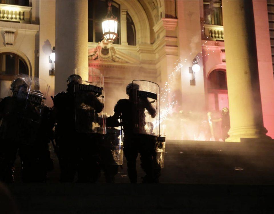 Протестите во Србија излегоа од контрола, полицијата мора да реагира (ВИДЕО)