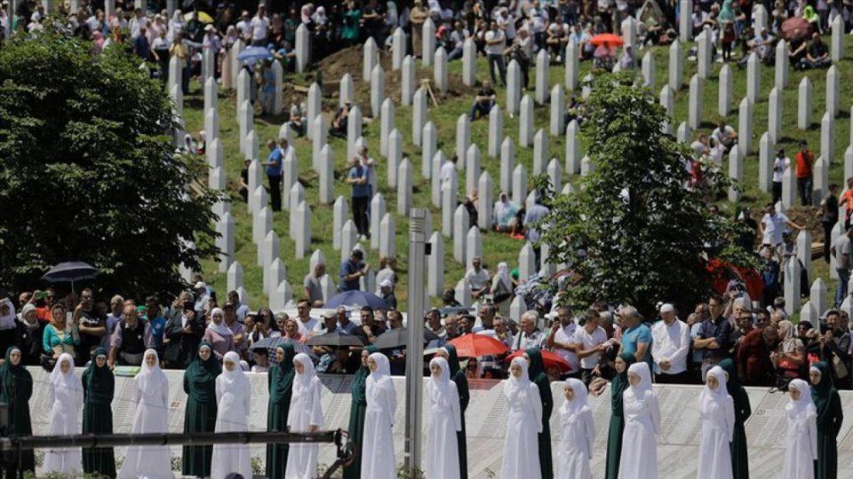 ФОТО: Шолји кафе поставени на местото на геноцидот во Сребреница
