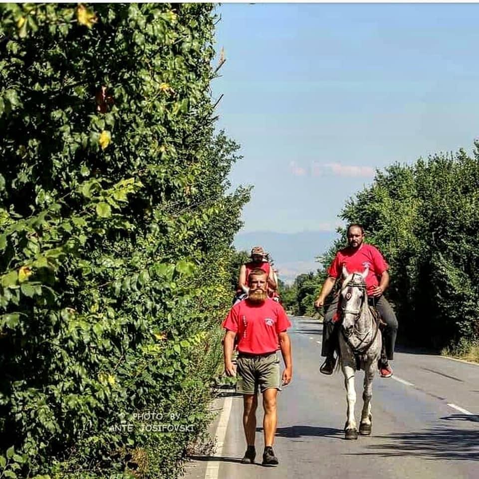 ФОТО: Кобилата му се повредила уште во Скопје, а тој пешки заедно со Илинденската коњаница тргна кон Крушево