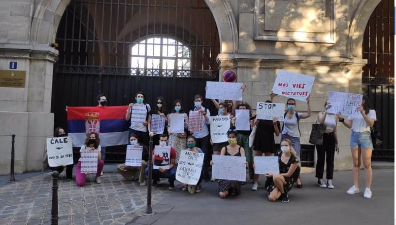 Студенти го пречекаа Вучиќ со транспарент, оваа порака нема да му се допадне (ФОТО)