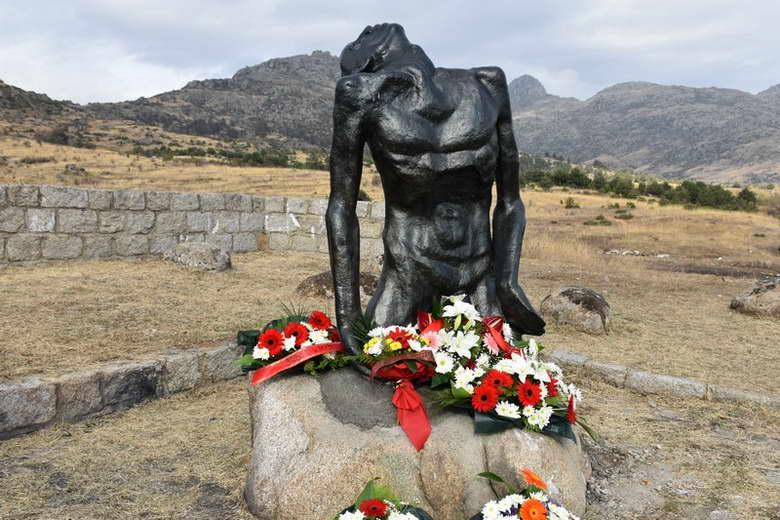 """ЗЛОУПОТРЕБА: Директорот на прилепскиот музеј ја предал на реверс распарчена скулптурата """"Жртви на фашизмот"""""""