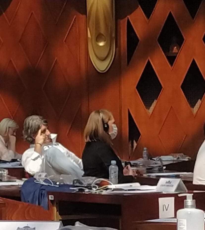 За Мухамед Зеќири не постои коронавирусот- во собранието седеше без маска, но и со кренати нозе во вис (ФОТО)