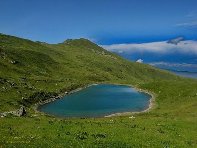 ДРАМА СО ТРАГИЧЕН КРАЈ: Млади Косовци илегално влегле во Македонија за да се капат во езеро на Попова Шапка, еден од нив се удавил