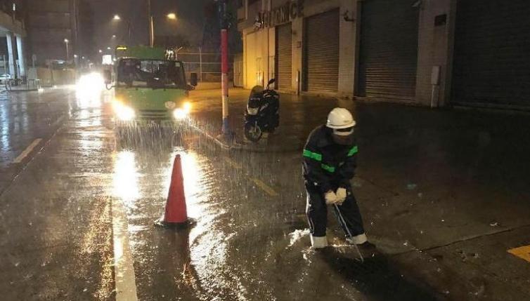 """Паркинг """"проголта"""" 21 автомобил во Кина, пет лица исчезнати во свлечиште"""