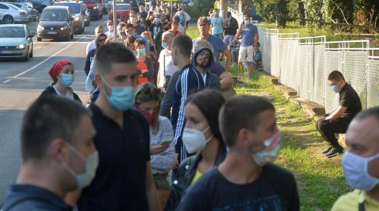 Во Белград со денови огромни редови за ПЦР тестирање за Ковид-19