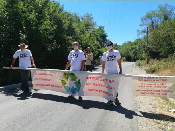 """Активистите на """"Стоп Русино – чист воздух за Гостивар"""" го блокираа пристапот на камионите со отпад"""