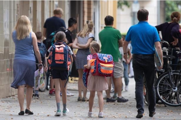 Американските училишта поради епидемијата подготвуваат настава надвор, купуваат и шатори