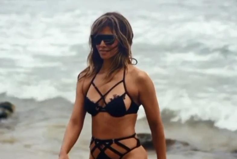 Видео: Хали Бери на плажа
