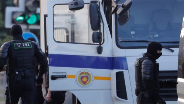 Белоруската полиција отвори оган кон демонстранти во Брест, за кои тврди дека биле вооружени