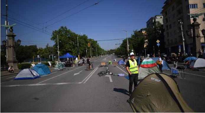 Бугарската полиција ги отстрани шаторите на демонстрантите, уапсени 12 лица