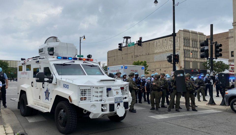На терен 400 полицајци, уапсени над 100 лица: Масовен грабеж во Чикаго(ВИДЕО)