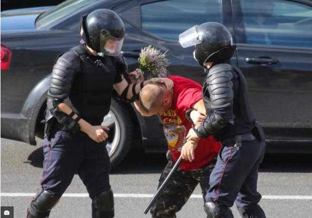 Над илјада приведени и 50 повредени во демонстрациите во Белорусија
