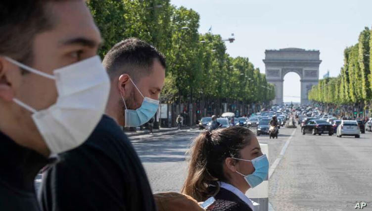 Во поголeм број француски градови задолжително носење маска и на отворено