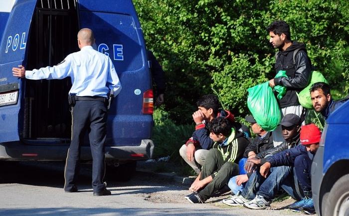 Скопјани фатени на дело како превезуваат 6 мигранти