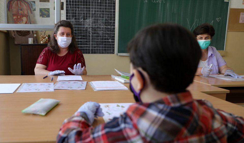 МЗ: Нема потреба од промена на моделот на настава, за 40% намелена инциденцата на ширење на вирусот
