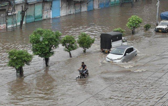 ВИДЕО: Најмалку 24 загинати во силните монсунски дождови во Пакистан