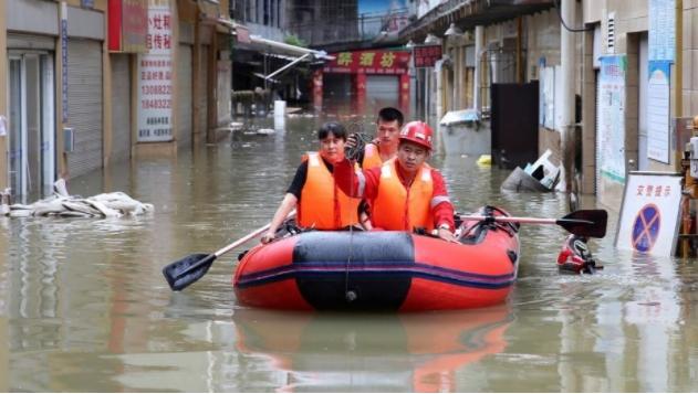 Поплави во Кина: Населението се евакуира со хеликоптери