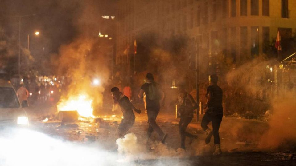 Протест во Бејрут: Изреволтирани демонстранти по експлозијата во Бејрут се судрија со полицијата (ВИДЕО)
