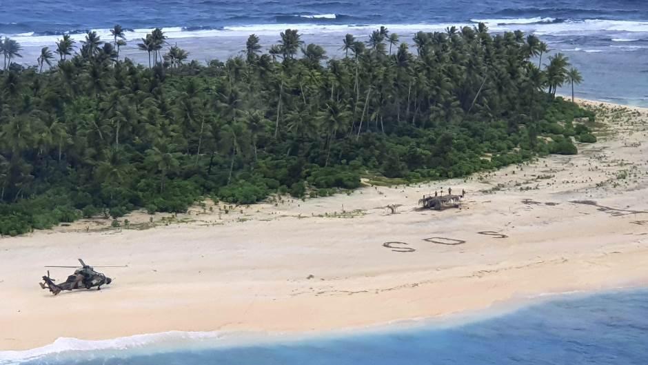 ФОТО: Мажи спасени од мал остров откако напишале СОС во песокот