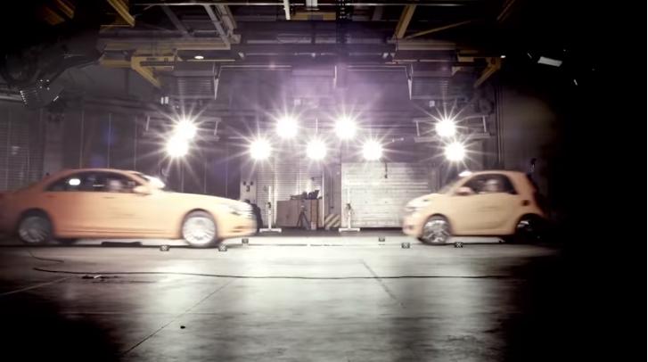 ВИДЕО: Погледнете што се случува кога ќе се судрат Mercedes S класа и Smart