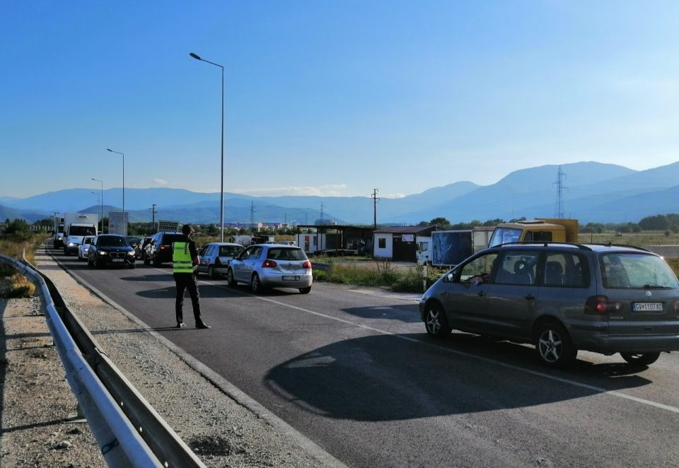 Протест во колона со возила по магистралата Гостивар – Кичево поради поскапувањето на струјата