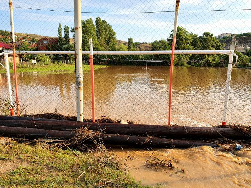 Утре ќе се расчистува мостот во населбата Превалец кој по невремето е затрупан со гранки и друг смет