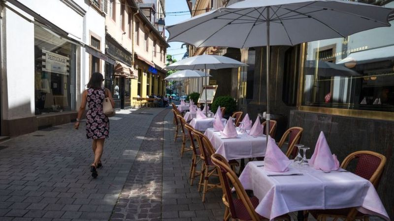 Во Стразбур претепале девојка на улица бидејќи носела здолниште