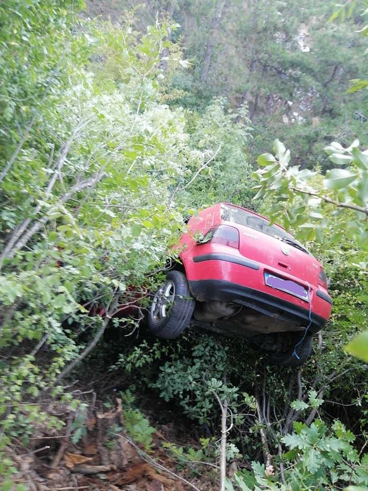 ФОТО: Автомобил излета во провалија попладнево во Македонија, пожарникари го извлекоа возачот