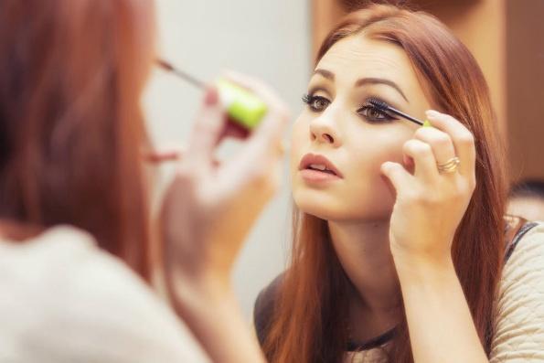 Трикови за убавина: За кафени очи идеални се поладни нијанси