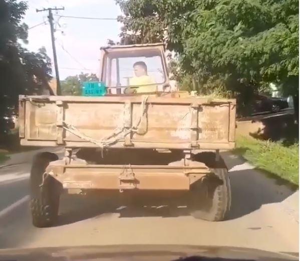 НЕВЕРОЈАТНО: Луѓе успеале да снимаат несекојдневна случка со тракторист, како ли само му успеава?