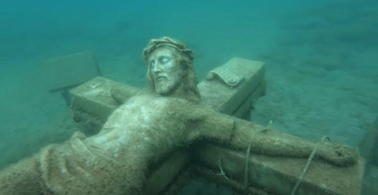 Човечки коски и мистериозни статуи: Предмети пронајдени на дното на езерото кријат мрачни приказни