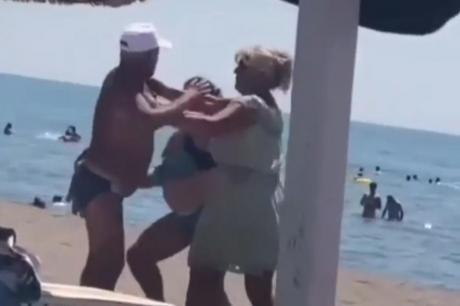 """ВИДЕО: """"Кого ти ќе п*уеш"""" – маж и жена се степале на плажа во Црна Гора, """"летале"""" и влечки"""
