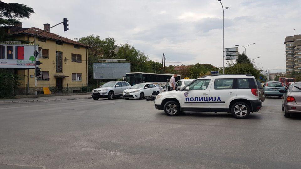 ПОЛИЦИЈАТА НА ТЕРЕН: Сообраќајна несреќа предизвика хаос кај железничка- настрада и семафорот (ФОТО)