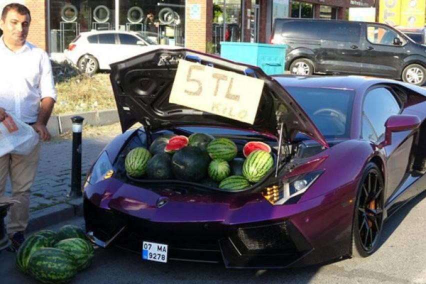 Необична атракција во Истанбул: Иранец продавал лубеници од багажникот на неговото Ламборџини