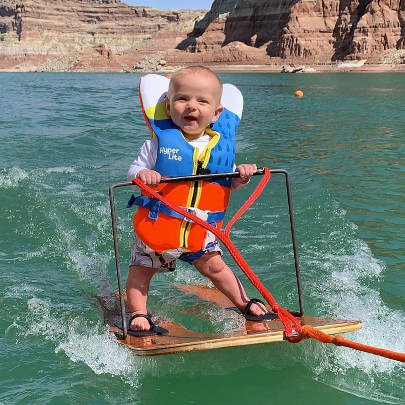 Има шест месеци и обожава скијање на вода