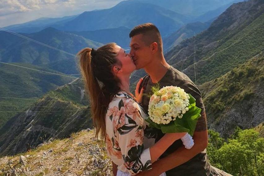 """Се омажи за 24 часа, а се разведе за неколку недели: Розман ја подарува својата венчаница """"носена само еднаш, по грешка"""""""