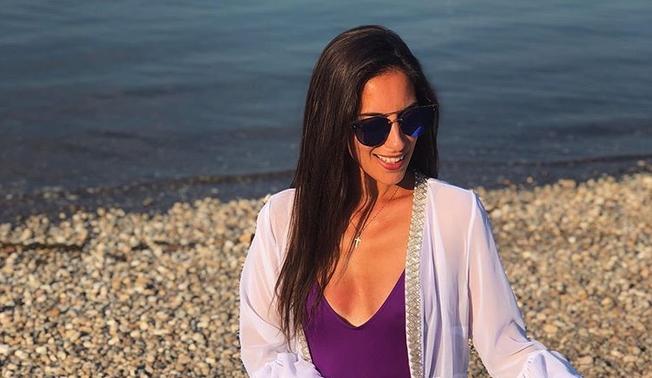 Водителката на ТВ Пинк е природно надарена: Марија има природна убавина и секси позадина (ФОТО)