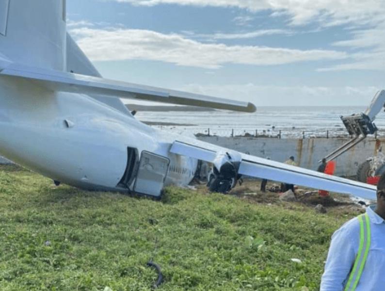 Избегната посериозна несреќа: Авион удри во ѕид, за малку ќе завршеше во морето