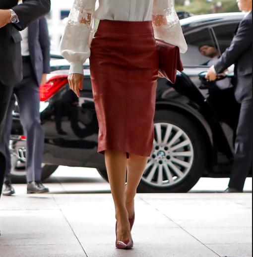 Оваа есен овој фустан најмногу ќе се носи- кога жените ќе ја видат оваа комбинација на кралицата веднаш ќе се упатат на шопинг (ФОТО)