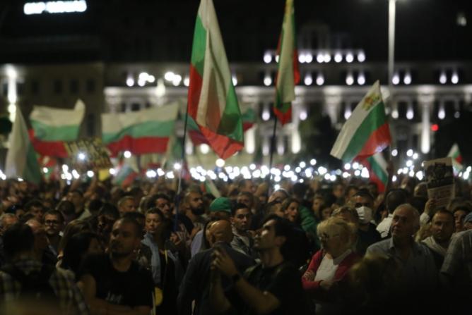ФОТО: Продолжуваат антивладините протести во Бугарија