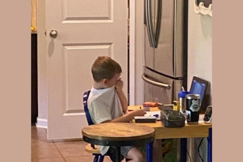 Сцена од дете која му го скрши срцето на светот: Мајка скришно го снимала синот додека имал онлајн настава, бидејќи…