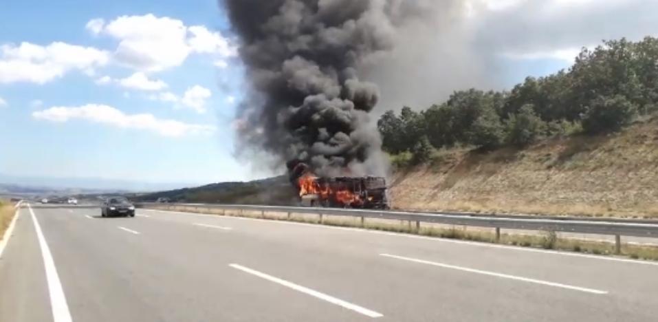 Не се знае состојбата на патниците: Гори автобус на автопатот Скопје-Штип (ВИДЕО)