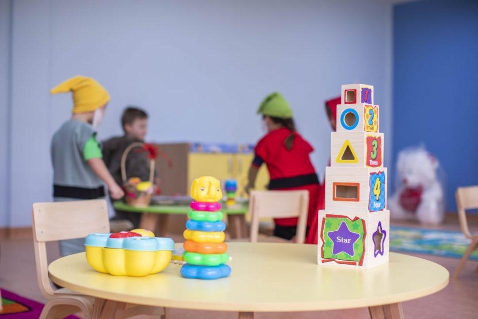 Двајца ученици, дете и негувателка од градинка и двајца здравствени работници позитивни на коронавирус во Тиквешко