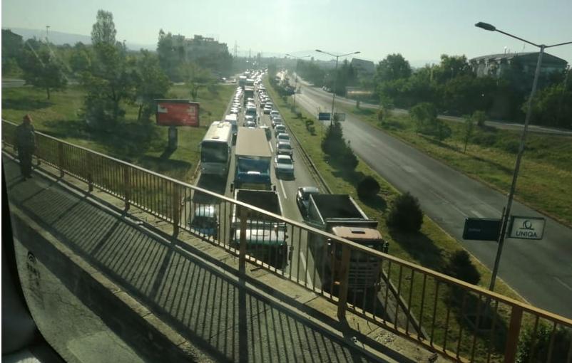 Шилегов гребе асфалт и го закочи Скопје, што ќе беше да му текне да прави нов булевар?