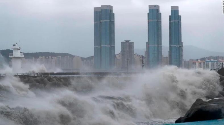 Двајца загинати , четворица исчезнати во силен тајфун во Јапонија (ВИДЕО)