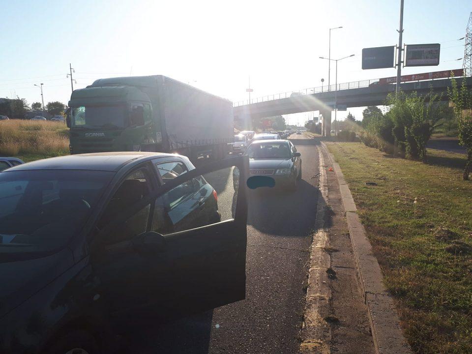 СООБРАЌАЕН ХАОС УТРОВО НА ВЛЕЗ ВО СКОПЈЕ- колони автомобили заглавени во Автокоманда, граѓаните веќе доцнат на работа